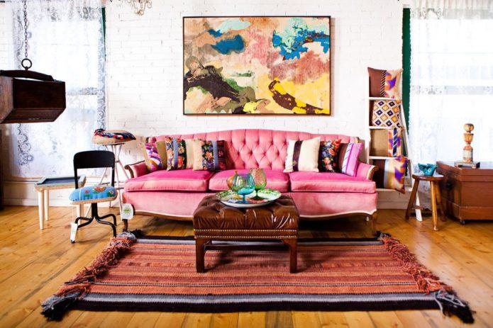 Розовый диван эклектика